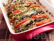 Рецепта Печени пилешки гърди / филе с патладжани, домати пресен зелен лук и подправки (босилек, розмарин, магданоз) на фурна под фолио